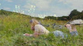 Frau, die auf dem Gras liegt stock video footage