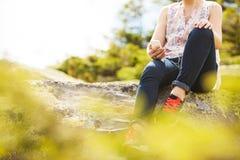 Frau, die auf dem Hügel sitzt Lizenzfreies Stockbild