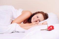 Frau, die auf dem schneebedeckten Bett liegt Stockfotos