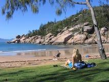 Frau, die auf dem Strand 2# sitzt Lizenzfreie Stockbilder