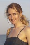 Frau, die auf dem Strand lächelt Lizenzfreie Stockfotos