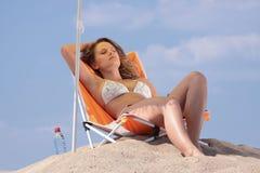 Frau, die auf dem Strand sich entspannt Lizenzfreies Stockfoto