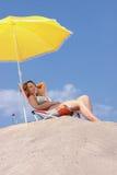 Frau, die auf dem Strand sich entspannt Stockfoto