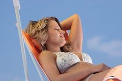Frau, die auf dem Strand sich entspannt Lizenzfreies Stockbild
