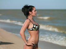 Frau, die auf dem Strand steht Stockfoto