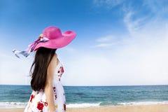 Frau, die auf dem Strand steht stockbilder