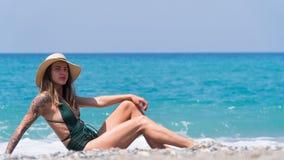 Frau, die auf dem Strand von Kleopatra in der Türkei sich entspannt lizenzfreie stockfotos