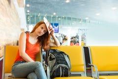 Frau, die auf dem Stuhl in einer Stationshalle sitzt Lizenzfreie Stockfotografie
