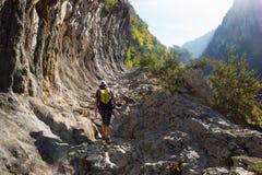 Frau, die auf dem Weg vom reifen in den Pyrenäen wandert Stockfotos