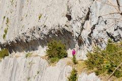 Frau, die auf dem Weg vom reifen in den Pyrenäen wandert Lizenzfreie Stockbilder