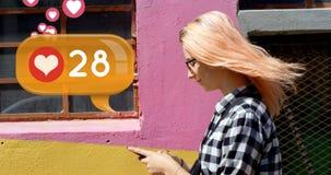 Frau, die auf den Bürgersteig beim Schreiben an ihrem Telefon 4k geht stock video footage