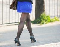 Frau, die auf den Bürgersteig geht Stockbild
