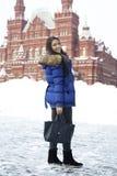 Frau, die auf den Roten Platz in Moskau geht Stockfotografie