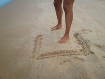Frau, die auf den Sandstrand lässt Abdrücke im Sand geht Nahaufnahmedetail von weiblichen Füßen bei Brasilien stockfotografie