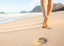Frau, die auf den Strand geht Lizenzfreie Stockbilder