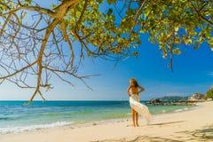 Frau, die auf den Strand geht Stockbilder