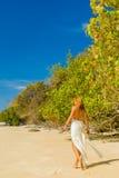 Frau, die auf den Strand geht Stockfotos