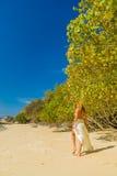 Frau, die auf den Strand geht Lizenzfreie Stockfotos
