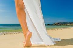 Frau, die auf den Strand geht Stockfoto