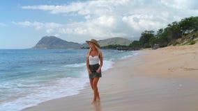 Frau, die auf den Strand 4k geht stock footage