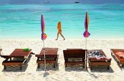 Frau, die auf den weißen Sand und den schönen Strand geht Stockfotos