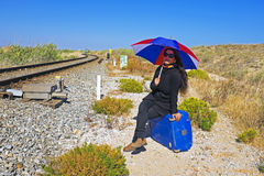 Frau, die auf den Zug wartet Lizenzfreies Stockfoto