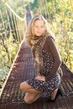 Frau, die auf der Aufhebungbrücke aufwirft Stockfoto