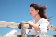 Frau, die auf der Bank sich entspannt Stockbilder
