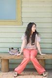 Frau, die auf der Bank sitzt Stockfotografie