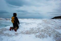 Frau, die auf der gefrorenen Welle untersucht den Abstand knit lizenzfreie stockbilder