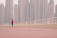 Frau, die auf der Promenade läuft stockbild