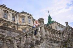 Frau, die auf der Treppe des Schlosses steht Stockbilder