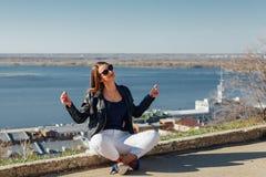 Frau, die auf der Ufergegend meditiert lizenzfreies stockbild