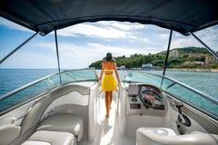 Frau, die auf der Yacht sich entspannt Lizenzfreies Stockfoto