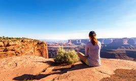 Frau, die auf die Oberseite des felsigen Berges stationiert Stockfotos