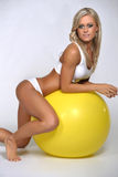 Frau, die auf Eignungsball stillsteht Lizenzfreies Stockbild