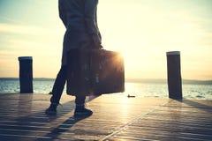 Frau, die auf ein Schiff zum Verlassen auf einer Reise wartet Lizenzfreie Stockfotografie