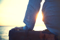 Frau, die auf ein Schiff zum Verlassen auf einer Reise wartet Stockfotografie
