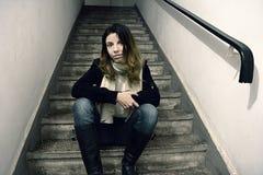 Frau, die auf ein Treppenhaus wartet stockbilder