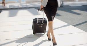 Frau, die auf eine Geschäftsreise geht Stockfotografie