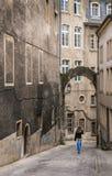 Frau, die auf eine mittelalterliche Straße in Luxemburg geht lizenzfreies stockfoto