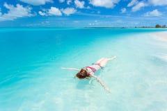 Frau, die auf eine Rückseite im schönen Meer schwimmt Stockbild