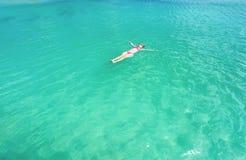 Frau, die auf eine Rückseite im schönen Meer schwimmt Aruba-Insel lizenzfreie stockbilder
