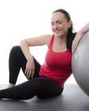 Frau, die auf einem Übungsball sich lehnt Lizenzfreies Stockbild