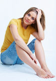 Frau, die auf einem Fußboden sitzt Stockfotos