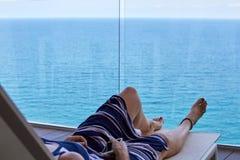 Frau, die auf einem Klappstuhl sich entspannt lizenzfreies stockbild