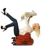 Frau, die auf einem Koffer liegt Lizenzfreie Stockfotos