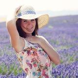 Frau, die auf einem Lavendelfeld steht Lizenzfreies Stockfoto