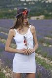 Frau, die auf einem Lavendelgebiet aufwirft Stockfotos