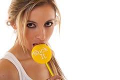 Frau, die auf einem lollypop saugt Stockfoto